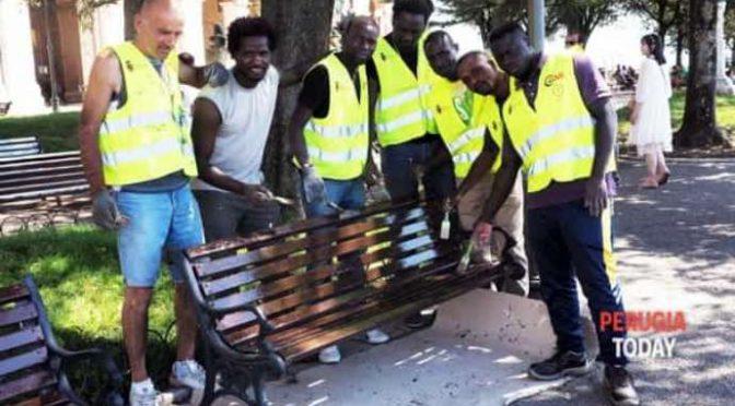 Profughi fingono di sistemare panchine, lavoro da rifare: doppi costi