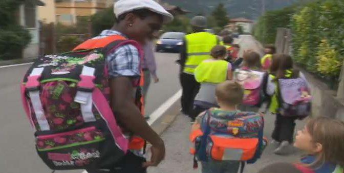 Bimbi affidati ai profughi, polemica a Como