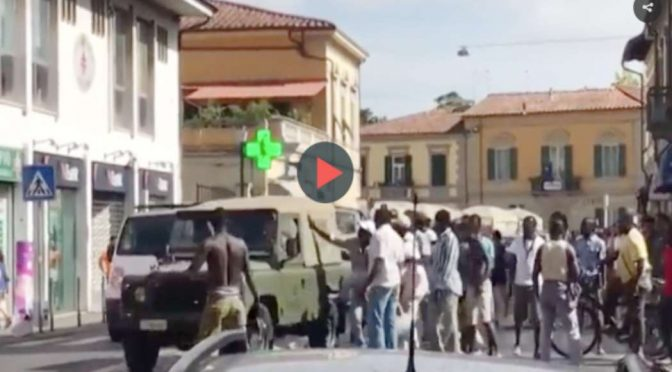 Guerriglia: Immigrati assaltano camionetta militari – Video