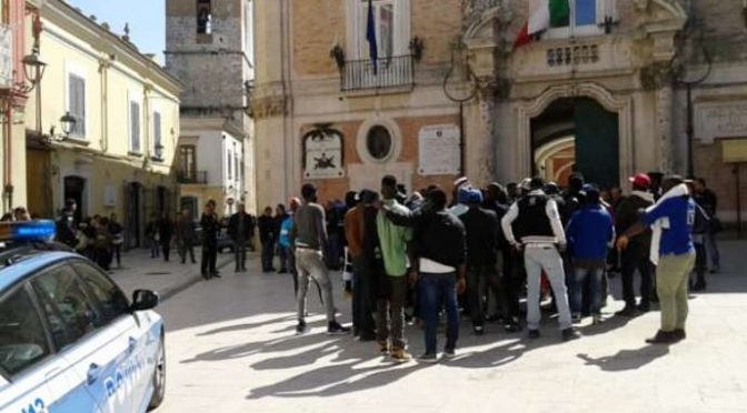 Clandestini armati di coltelli attaccano volontari, Protezione Civile in fuga