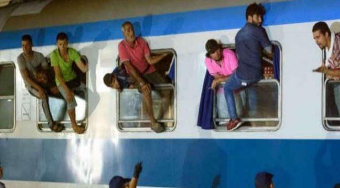 Immigrati senza biglietto si barricano sul treno, estintore contro agenti