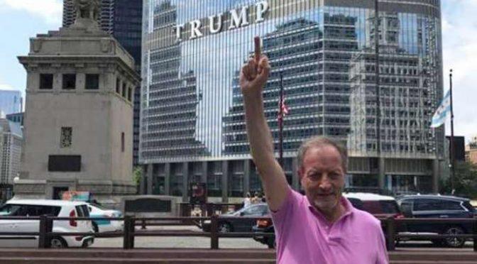 Un milionario radical chic a Chicago: Ulivieri fa il dito medio a Trump