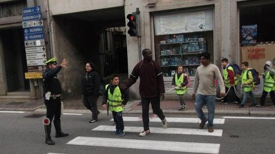Ecco a chi fanno scortare i bambini a scuola – FOTO