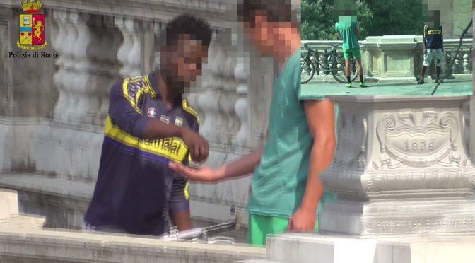 Bologna, Profughi spacciano davanti alle scuole – VIDEO