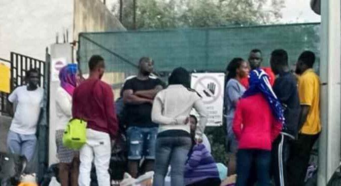 """Profughi assediano caserma: """"Vogliamo soldi in contanti no buoni spesa"""" – VIDEO"""