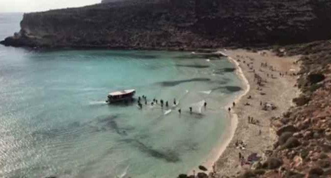 Sbarco tra i bagnanti a Lampedusa: giovani maschi tunisini – VIDEO