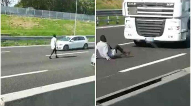 Profugo cammina in tangenziale, blocca il traffico – VIDEO