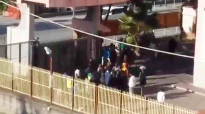 """Rivolta in centro migranti contro """"cibo scadente e vestiti inadeguati"""" – VIDEO"""