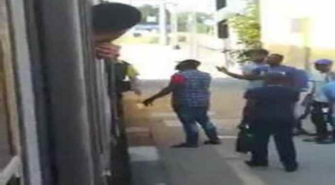 Senza biglietto e cacciati dal treno sputano contro passeggeri – VIDEO