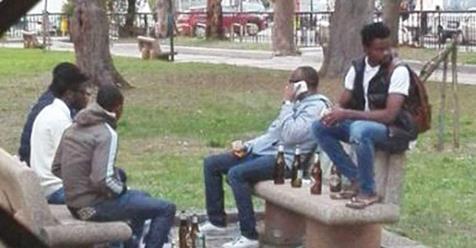 Migranti si ubriacano con paghetta da profugo al parco dei bimbi – FOTO