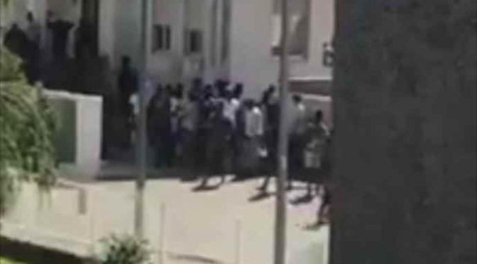 Profughi si barricano in hotel, scontri – VIDEO