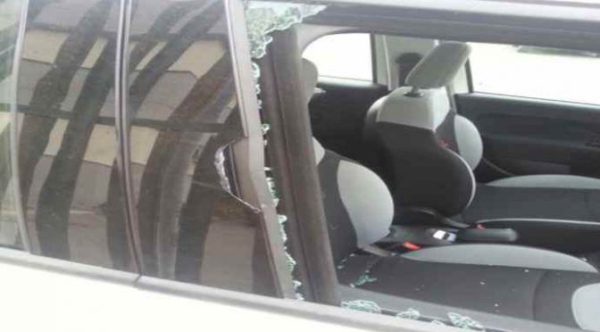Migrante tenta di violentarla in auto: accorrono residenti che sfondano finestrino