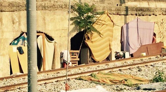 Milano, Immigrati colonizzano ferrovia – FOTO