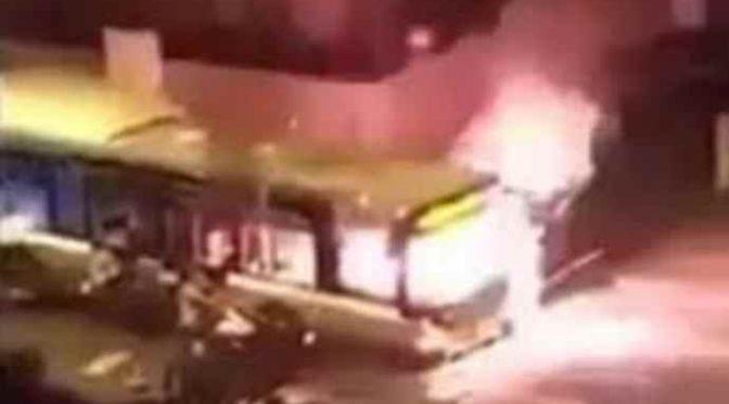 Rom armati di molotov distruggono bus a Roma – VIDEO