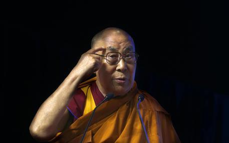 """Dalai Lama gela il PD: """"Aiutare immigrati a tornare a casa loro"""""""