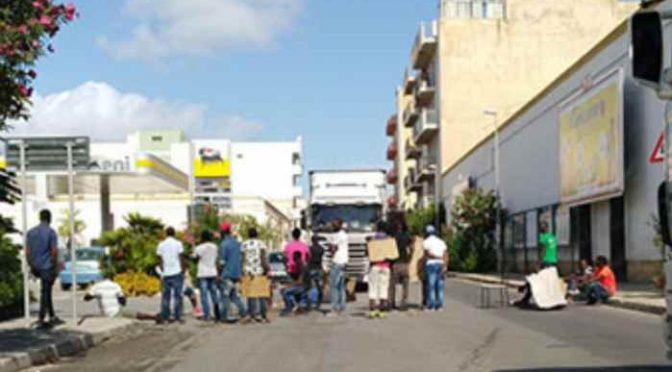 """Profughi bloccano camion: """"Di qui non si passa"""""""