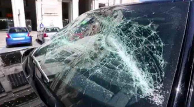 Milano: Africano armato di spranga devasta auto incitato da connazionali