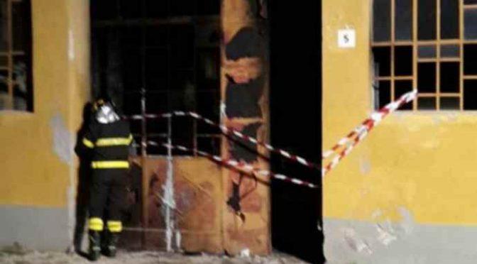 Primo non è bastato, cittadini ridanno fuoco a centro profughi