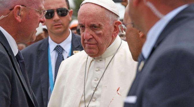 Colombia, Bergoglio sbatte la faccia e si ferisce sulla papamobile – FOTO