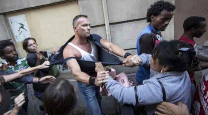 """Tunisino prende a schiaffi poliziotto: """"Non mi puoi controllare"""""""