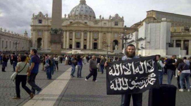 """Albanese impedisce ai fedeli di entrare in chiesa: """"Convertitevi all'Islam"""""""