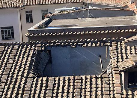 Roma, crolla tetto scuola: evacuata