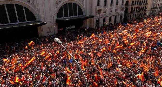 La maggioranza silenziosa a Barcellona: 1 milione manifestano contro la secessione