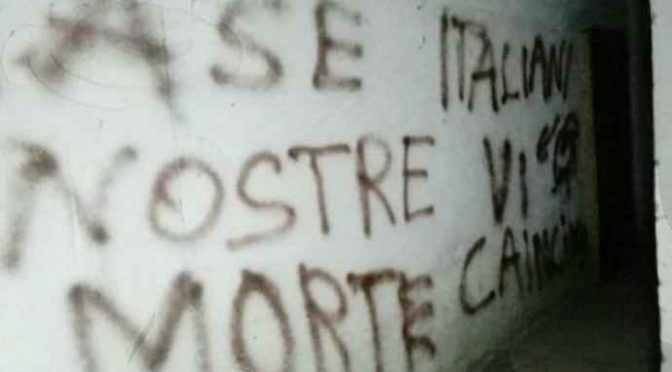 """Case popolari, scritte contro inquilini italiani: """"Vi cacceremo"""" – FOTO"""