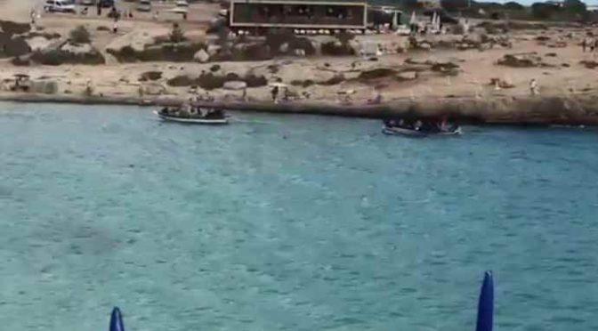 Detenuti tunisini sbarcano tra i turisti, sembrano militari – VIDEO