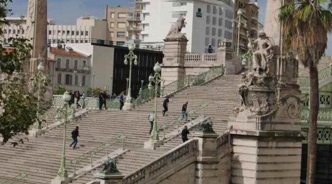 """MARSIGLIA: ISLAMICO SGOZZA 2 PASSANTI AL GRIDO """"ALLAH AKBAR"""" – IMMAGINI"""