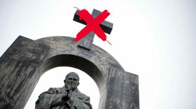 """Via la Croce dalla statua di San Giovanni Paolo II, turba """"loro"""""""