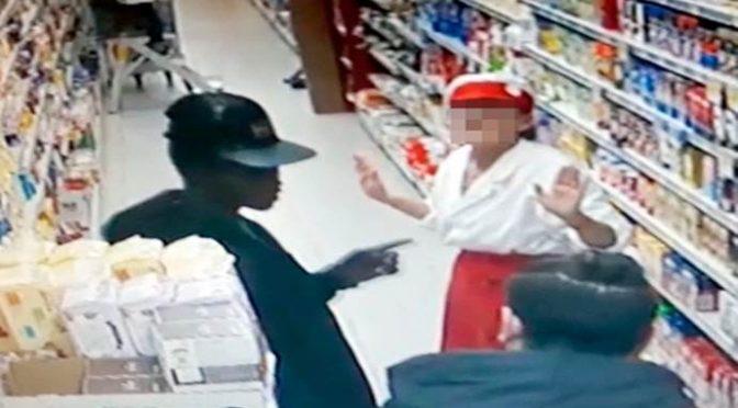 Il «ladro delle 16» che terrorizza le commesse: africano con la licenza di rubare