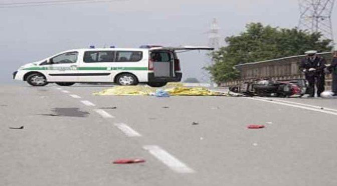 Rom gli sfilano i soldi mentre sta morendo su asfalto – VIDEO