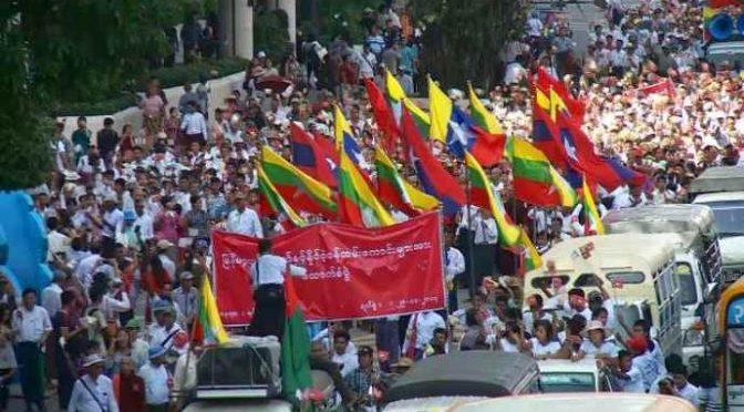 Birmani in piazza a festeggiare espulsione 600mila Islamici