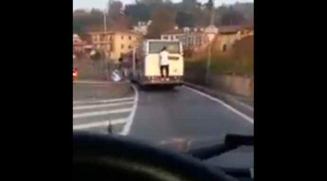 """Migranti minacciano autista bus: """"Non osare chiamare polizia"""""""