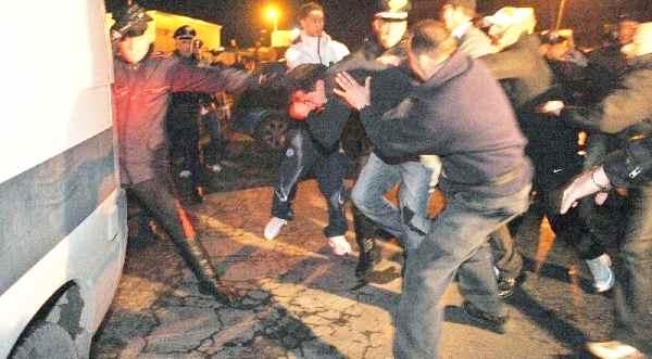"""""""Sta violentando una bambina"""", Rom picchiato dai fedeli davanti la chiesa"""