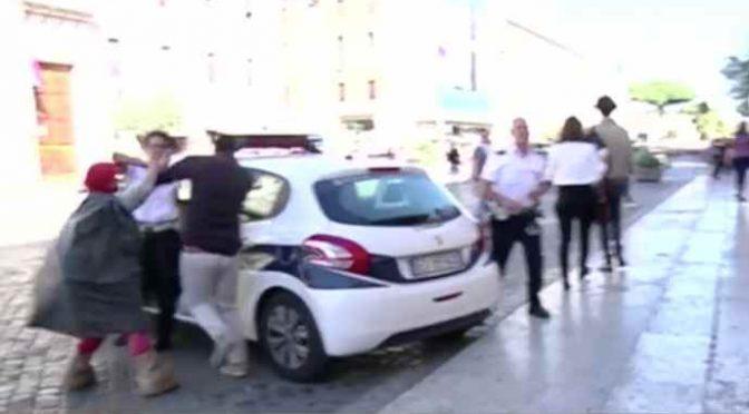 """Bloccato da polizia perché """"disturba"""" mendicante molesta – VIDEO"""