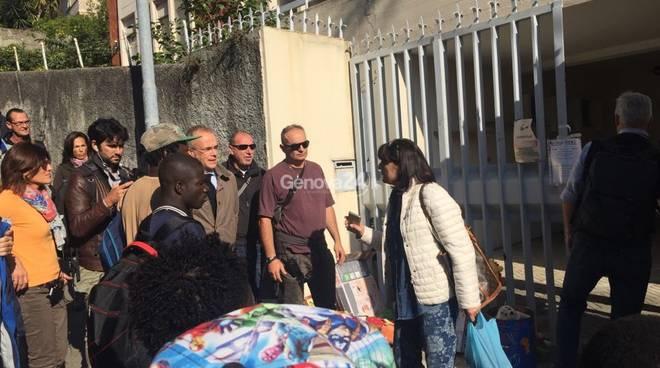 Genova: i profughi arrivano scortati dalla Digos, quartiere in rivolta