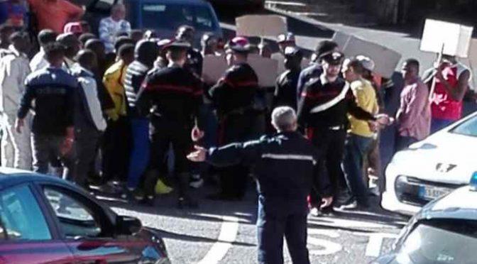 """Profughi bloccano auto: """"Siamo stufi di stare qui"""""""