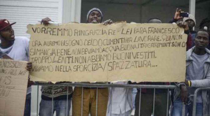 Profughi esigono trasferimento, lo ha promesso Bergoglio