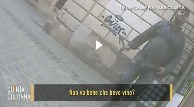 Roma, beve vino davanti moschea: minacciata dai fedeli – VIDEO