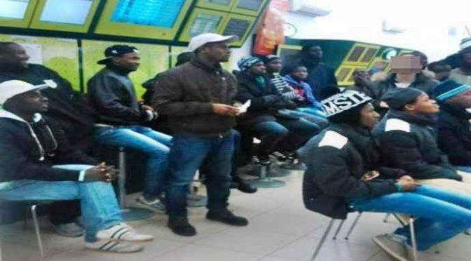 A Macerata finito effetto Traini, africani se la spassano in sale scommesse – VIDEO