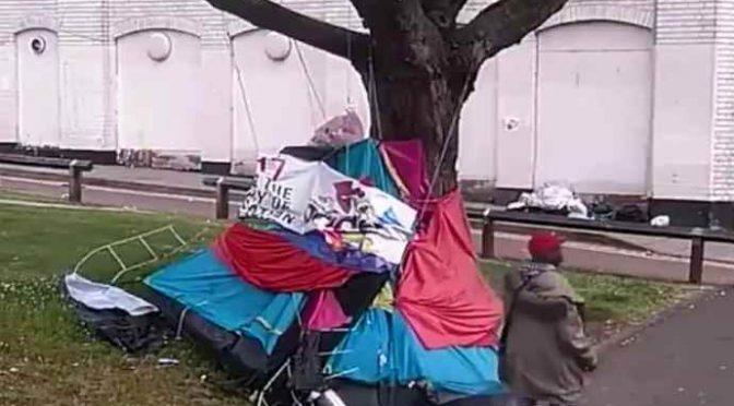 Immigrato dà fuoco a senzatetto – VIDEO