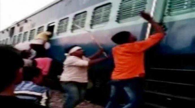 Milano: 6 immigrati assaltano treno, lancio di pietre e sputi contro passeggeri
