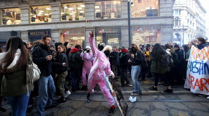 """Milano, immigrati e studenti rossi sfasciano auto e vetrine: """"Vogliamo Ius Soli"""""""