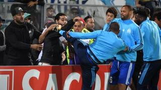 Evra come Cantona, calcio a un tifoso: espulso – VIDEO