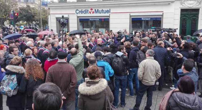 Musulmani dilagano per le strade parigine, folla sfida preghiera intonando Marsigliese – VIDEO