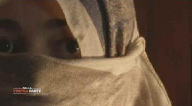"""Sepolta in casa dal marito islamico: """"Come una tomba"""" – VIDEO"""