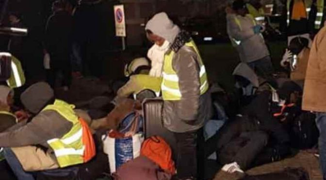 Padova umiliata dal PD: Africani scaricati con bus, bivacco notturno – VIDEO