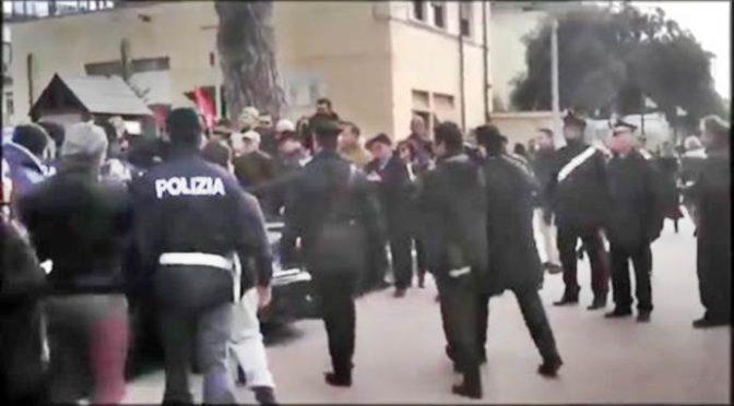 Renzi circondato dalla folla inferocita, scorta nel panico – VIDEO